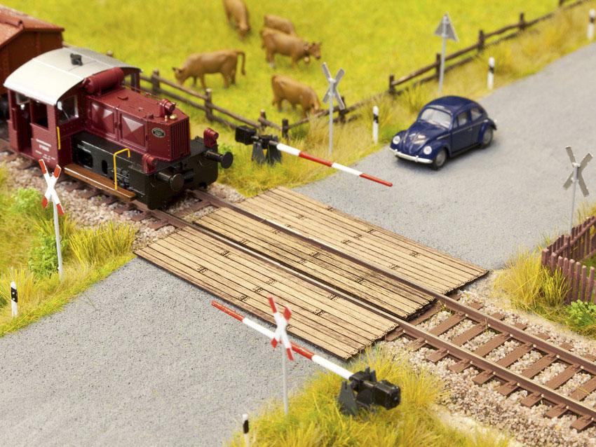 Noch 14305 Bahnübergang Holzbohlen